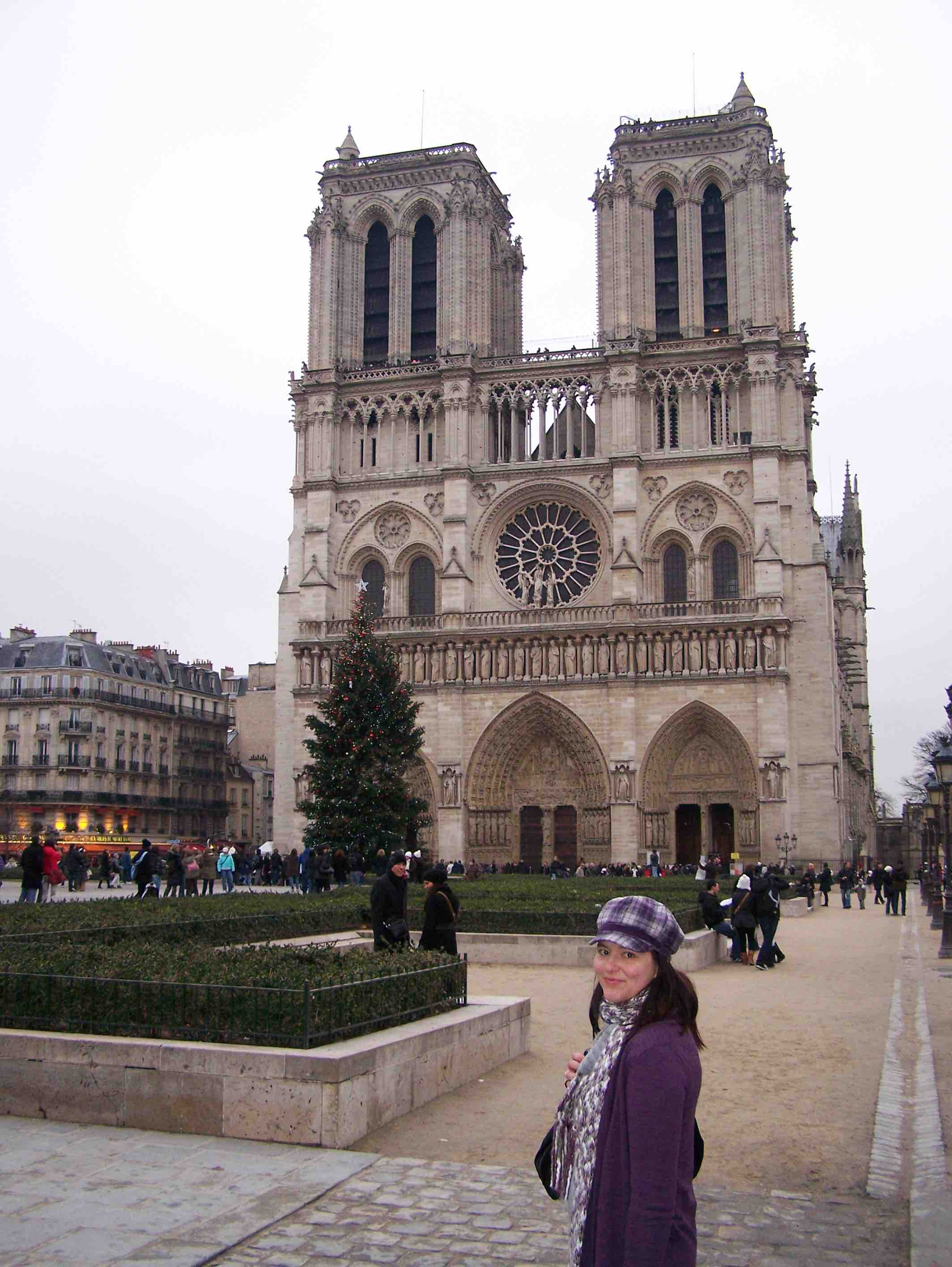 Annelize in front of the Notre Dame in Paris